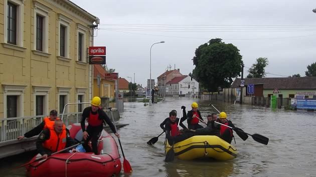 Záchranáři z Národního parku Šumava uplatnili v zatopené oblasti Litoměřicka nejen kompletní výbavu, ale i záchranářský výcvik a zkušenosti.