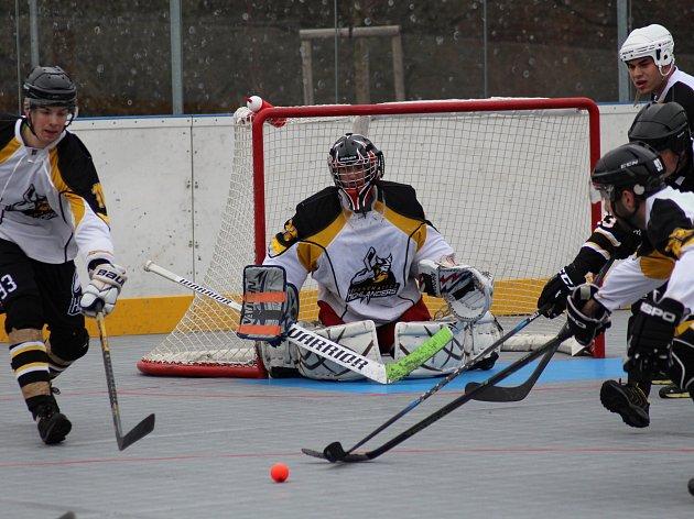 Souboj céčka (černé dresy) a béčka Highlanders Prachatice v Krajské hokejbalové lize skončilo výhrou béčka 2:0.