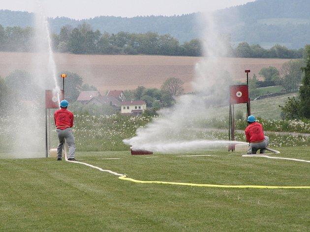 Soutěž družstev dobrovolných hasičů v požárním útoku. Ilustrační foto