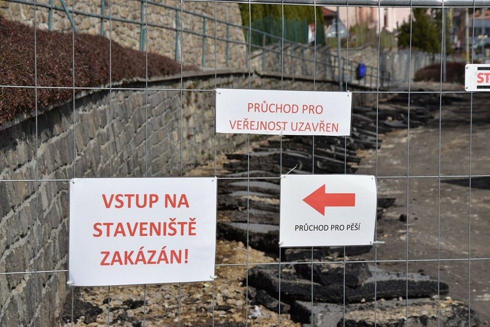 Další část rekonstrukce ulice 1. máje ve Vimperku začala.