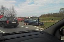 Středa 13. dubna: Nehoda na křižovatce U Stopařky.