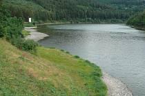 Husinecká přehrada má v současné době vody málo.