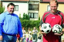 DO NOVÉHO ROKU S NOVÝMI MÍČI. Při včerejším slavnostním otevření nového hřiště s umělým povrchem 5. září obdržel trenér Jaroslav Frnoch nové míče pro své svěřence.