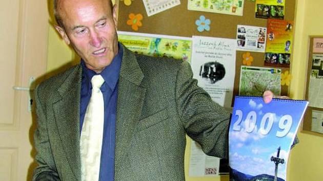 DALŠÍ PROPAGACE. Vimperský kalendář na rok 2009 je na světě. Ve středu 30. července jej poprvé představil starosta Pavel Dvořák. Prostor v něm mimo Vimperka dostaly i okolní osady.
