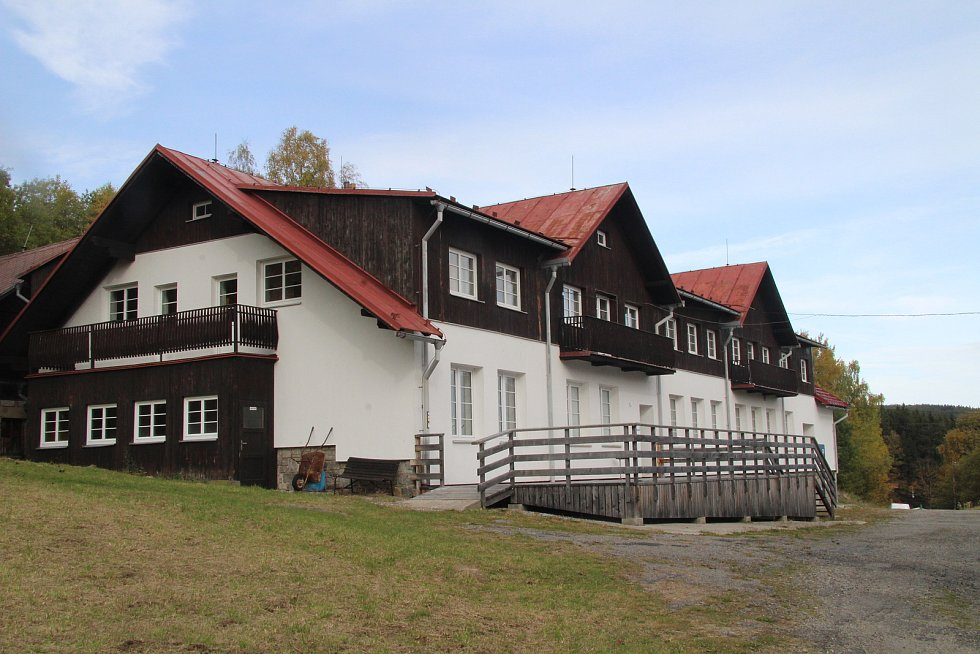 Nové vedení Jihočeského kraje stoplo z ekonomických důvodů rekonstrukci chaty Mládí na šumavském Zadově.