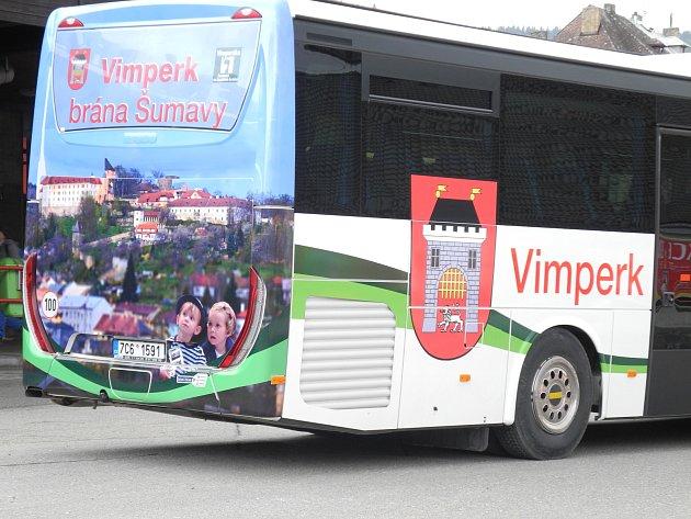 Do Prahy míří autobusy s reklamou na město Vimperk.