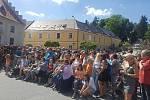Lidé již netrpělivě čekají na příchod prezidenta Miloše Zemana na parkovišti před hotelem Zlatá hvězda v ulici 1. máje ve Vimperku.