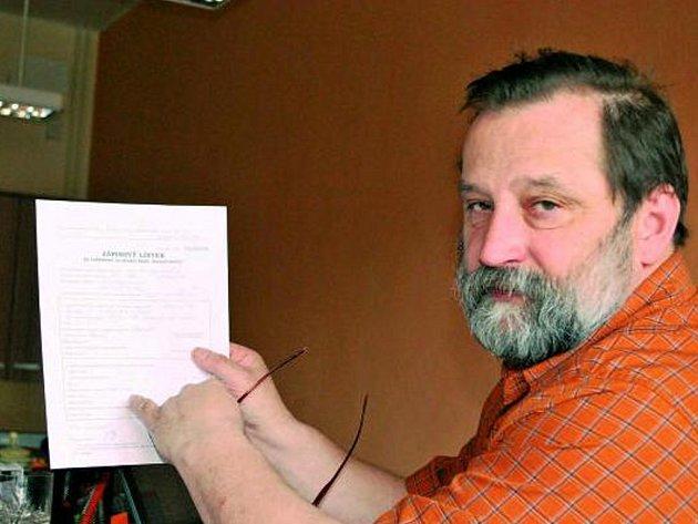 ZÁPISOVÝ LÍSTEK. Problémů s přijímacími zkouškami je hned několik.  Jak ukazuje na snímku ředitel Střední školy Vimperk Lubomír Pichler, je třeba správně vyplnit zápisový lístek.