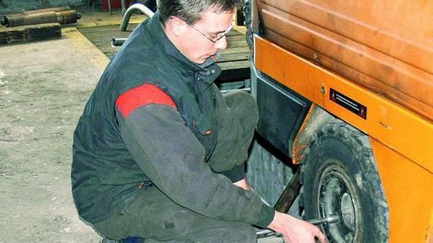UDRŽUJÍ VOZOVÝ PARK. Do opravy zametacího vozu se včera pustil zaměstnanec prachatických technických služeb Martin Havlík.