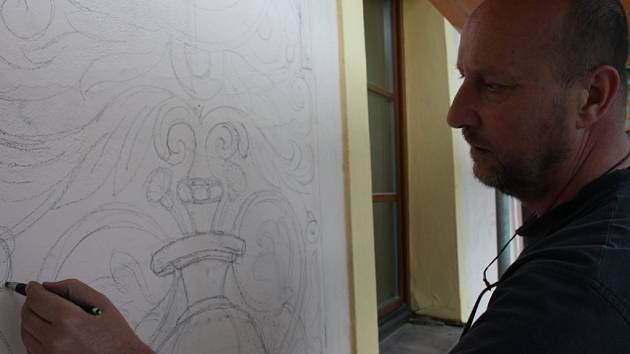Restaurátoři obnovují sgrafita na Národním domě.