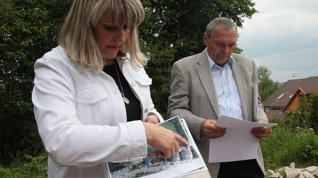 Jaroslava Martanová (vlevo) ještě v roli místostarostky Vimperku ukazuje při jednání v lokalitě Nad Pekárnou v červnu 2014, kudy by mohla vést přístupová komunikace k pozemkům manželů Matouškových.