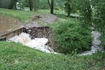 Voda, která se přelila přes hráz Karbovského rybníka, odebrala její část. Jak velká to bude škoda, ještě rybáři nevyčíslili.