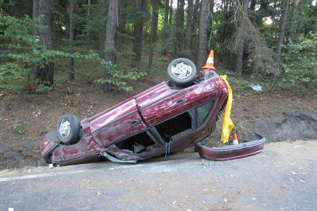 Znehody vyvázl řidič bez zranění, spolujezdci skončili vnemocnici.