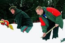 PŘÍPRAVY. Vltavický lyžařský areál čeká v sobotu 14. března první větší závod od jeho vzniku před osmi lety. Při přípravě tratě přemístili pořadatelé na dva tisíce kubíků sněhu.