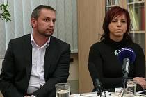 Předseda představenstva společnosti Bohemia Hospitals Vlastimil Černý a ředitelka zdravotní péče vimperské nemocnice Ivana Mádlová.