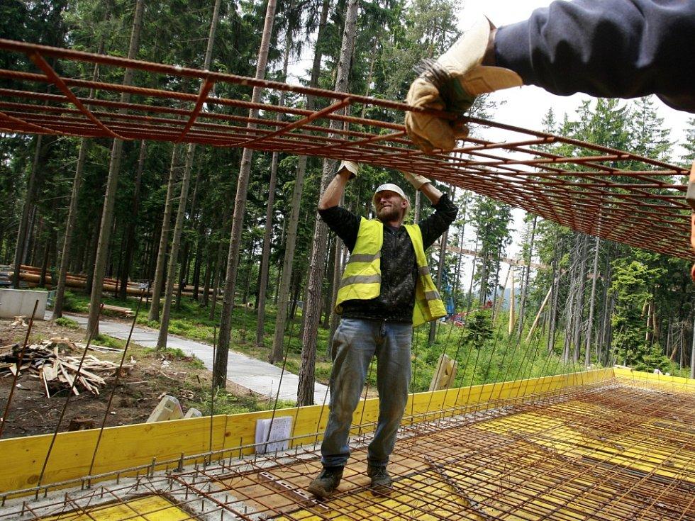 Stavba stezky korunami stromů na vrcholu jihočeského Kramolína.