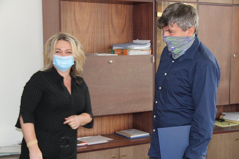 František Hodina (vpravo), ředitel společnosti Prima Agri PT, převzal ocenění pro Firmu roku 2020 na Prachaticku. Na snímku s ředitelkou kanceláře JHK v Prachaticích Kateřinou Třískovou.