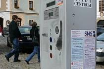 Město by rádo pořídilo nové parkovací automaty, co si poradí i s platbou kartou.
