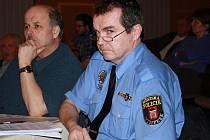 Vrchní strážník městské policie Vimperk pavel Dub čekal, jak dopadne hlasování o jeho odvolání. Ve funkci zůstává po pondělním večeru nadále.