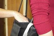 NEPOMOHL SI. Zloděj měl smůlu, podařilo se mu tašku vzít, ale vzápětí o ní přišel. Okradené ženě pomohli kolemjdoucí. Ilustrační foto.