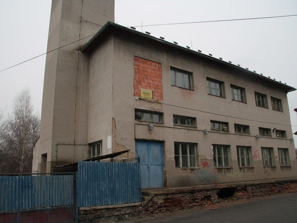 Objekt v krátké ulici nabídli jeho majitelé k odkoupení městu Vimperk. To ale o nabídku nemělo zájem.