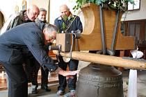 Stěhování zvonu Maria Hilf do zvonice vimperského kostela.