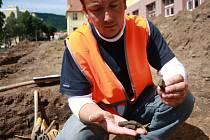 Práce v rumpálově ulici zastavili archeologové.