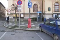 Pro tělesně postižené je před budovou Městského úřadu v Netolicích vyhrazeno jedno parkovací místo.