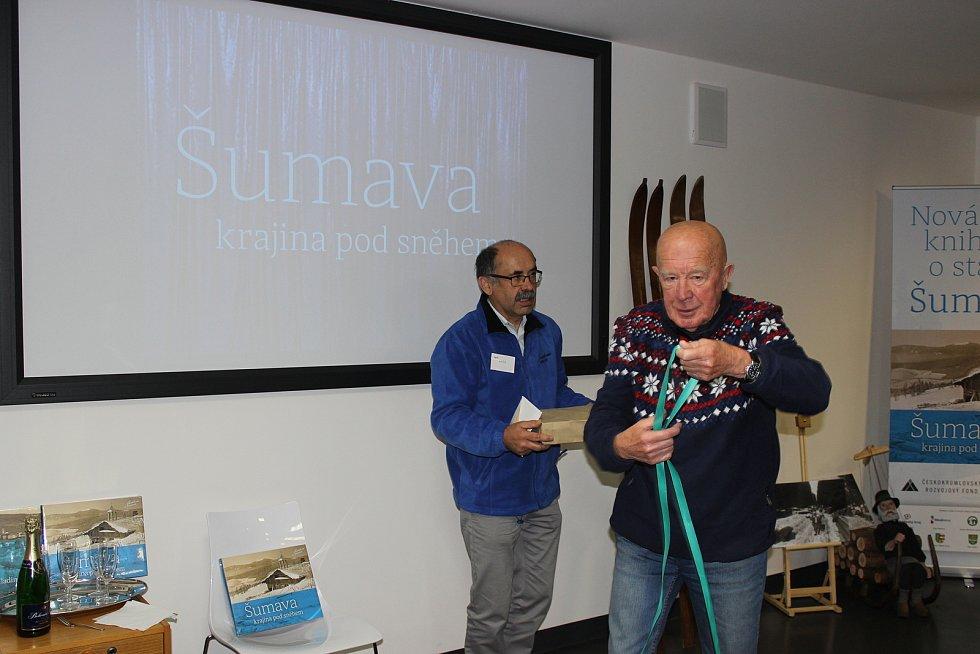 Zima, pohádka o sněhu, ledu, závějích, ale hlavně lidech a jejich tvrdém životě na Šumavě, také o tom je nová publikace Šumava: Krajina pod sněhem.