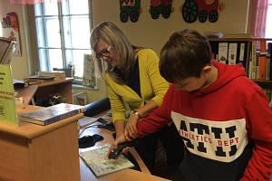 Děti z prachatické sedmé třídy si na vlastní kůži vyzkoušely práci v Městské knihovně.