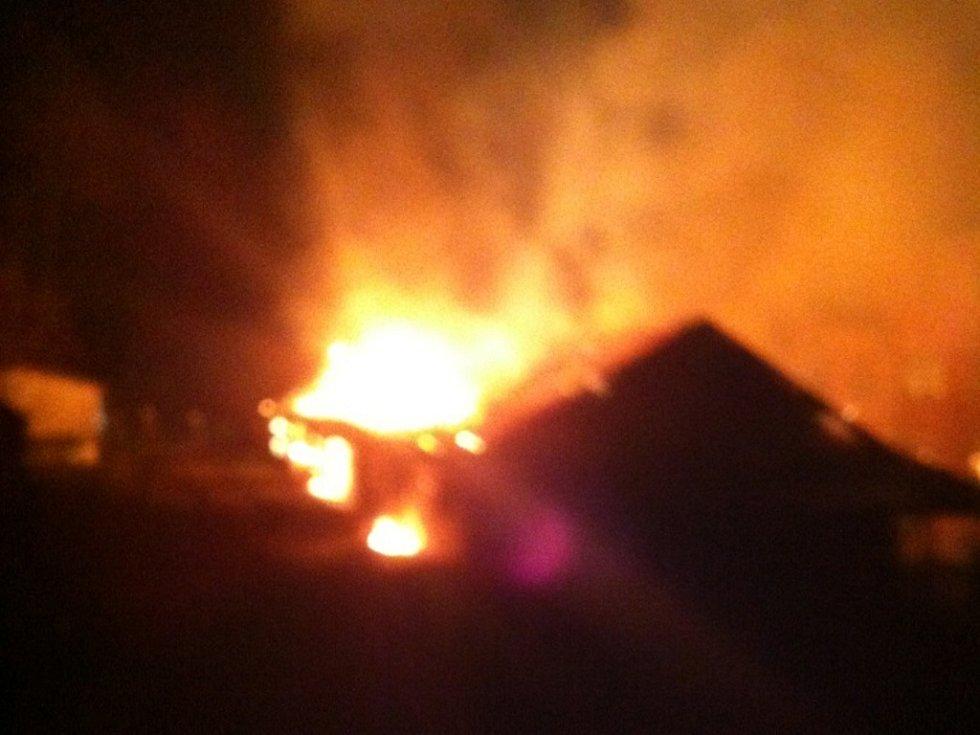 V Nové Peci hořely kůlny se dřevem.