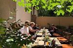 Setkání v Mezigenerační zahradě.