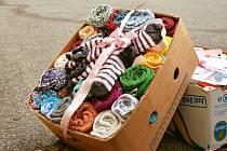 Krásných 220 párů vlastnoručně upletených ponožek zamířilo z Prachatic a dalekého Rožnova pod Radhoštěm do Nemocnice Milosrdných sester sv. Karla Boromejského v Praze.