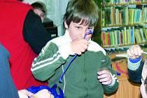 LOSOVÁNÍ. Ještě než Noc s Andersenem začala, musely se děti rozlosovat do skupin. Na snímku si právě vybral modré družstvo Luděk Trněný.
