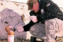 HLEDÁ STOPY. Policejní technik Michal Folvarský zajistil několik možných stop, ze kterých sejmul otisky prstů. Zda patřily pachatelům krádeže ukáže až expertíza.
