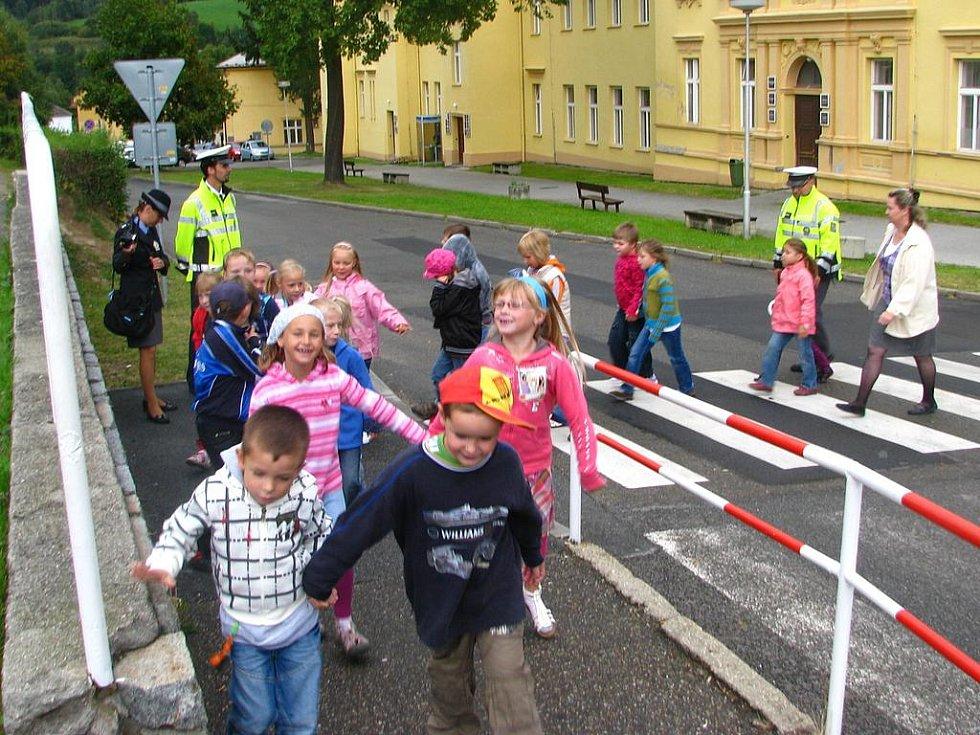 Děti se učily přecházet zebry k Vodňance.