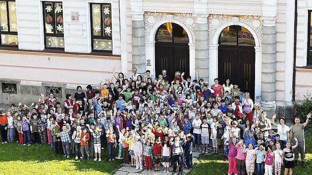 Na konci předloňského školního roku se děti z prvního stupně rozloučily s budovou školy v centru a už rok chodí všichni do školy za městem.