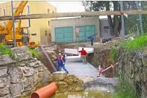 Na opravě betonového koryta Živného potoka začala dodavatelská firma včera dopoledne.  Potok by měl být lépe připraven na vyšší průtok vody při dešti.