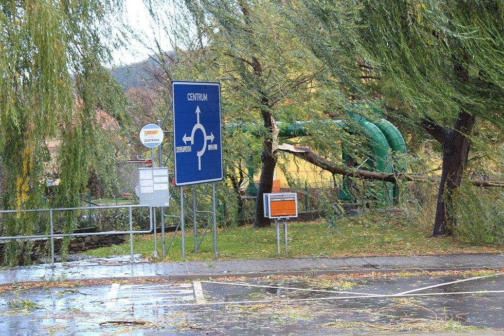 Po celých Prachaticích je vidět síla větru. Poválené popelnice, větve, voda na silnici.