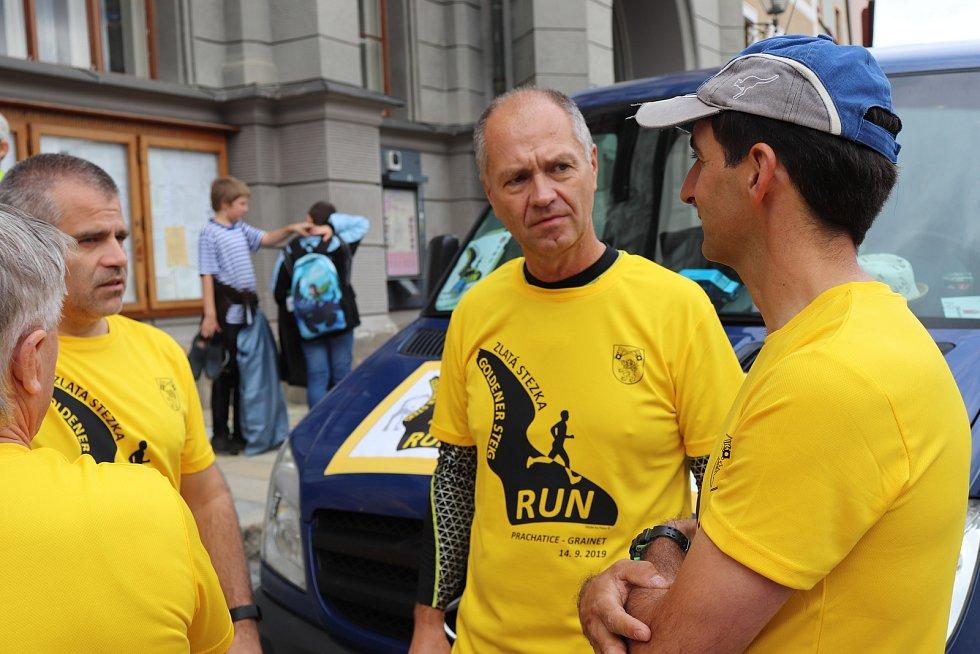 Prachatičtí sportovci běželi z Prachatic do Grainetu po trase Zlaté stezky.
