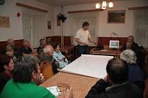 Obyvatelé osady Libínské Sedlo u Prachatic diskutovali tento týden se zástupci města a s projektantem o varintách vedení kanalizace, která léta v osadě chybí.