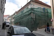 Při opravě domů v Horní ulici, které začaly v loňském roce, nechalo město práce na fasádách zastavit ještě včas, než by došlo k podobným závadám jako u domu č.p. 123. Fasády proto firma dokončuje až nyní.
