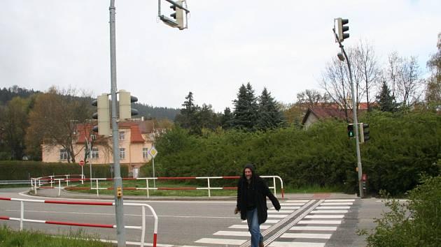 Světelná křižovatka na výpadovce na Volary.