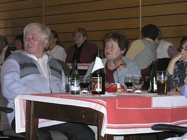 OSLAVY SENIORŮ. Vimperský Senior klub měl k včerejšímu dni sto dvacet  dva členů a ve čtvrtek se jich většina sešla u příležitosti Dne seniorů, který sice slavili s více než týdenní prodlevou, za to s větším nasazením.