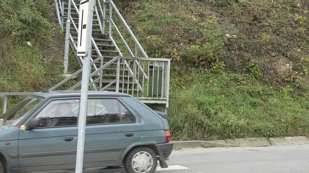 VOLAJÍ PO ŘEŠENÍ. Nový projekt, který místostarostka ve čtvrtek odvezla do Prahy, počítá i s řešením železných schodů z areálu bývalých kasáren. Otázkou je, zda město na tuto akci získá peníze. Komise by měla rozhodnout do konce listopadu.