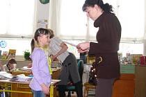 Vysvědčení v první třídě v ZŠ Zlatá stezka v Prachaticích.