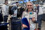 Na letišti Václava Havla v Praze rozdávala Barbora Havlíčková úsměvy na všechny strany.