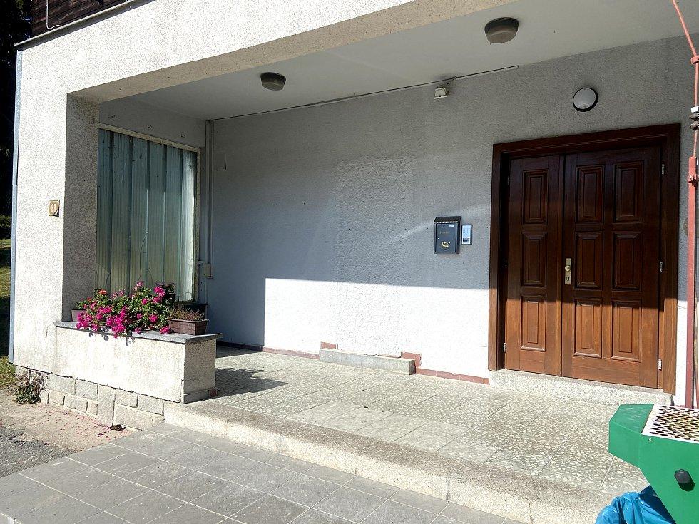 Vchod do dvou nových bytů, které koupila a opravila obec Lenora v bývalém zdravotním středisku.