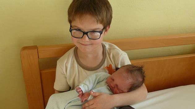 Jan Sendrei se v prachatické porodnici narodil v pátek 7. listopadu v 10.17 hodin. Vážil 3,5 kilogramu. Rodiče Jana a David jsou z Prachatic. První fotografování si nenechal ujít šestiletý bráška David.