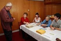 I když obvykle volí v Šumavských Hošticích starosta Petr Fleischmann, tentokrát byl až druhý v pořadí. První odvolil František Aleš, který je shodou okolností i prvním na seznamu voličů čítajícím v Šumavských Hošticích 313 jmen.